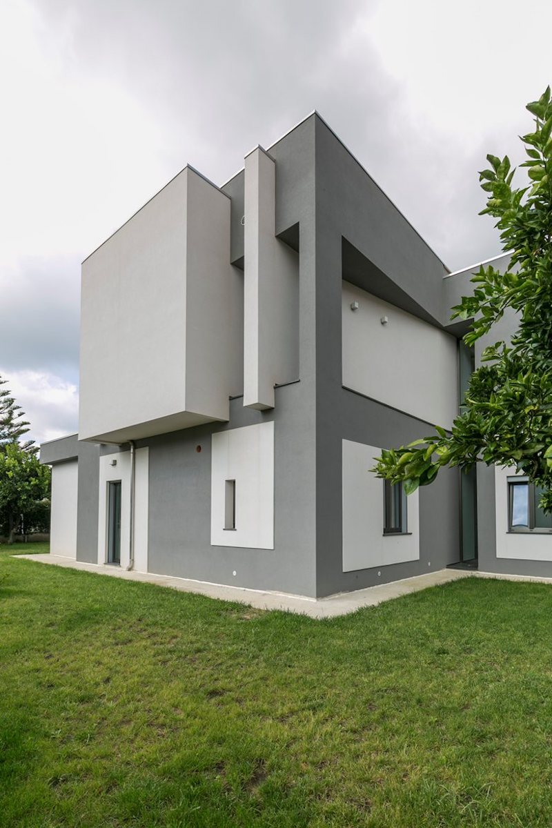 The exterior design and architecture of the house are simple and focused on minimalist geometry