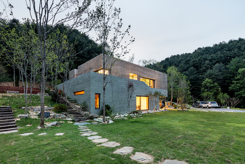 The site is inclined and forms a slope which has been integrated into the structure and the design of the house