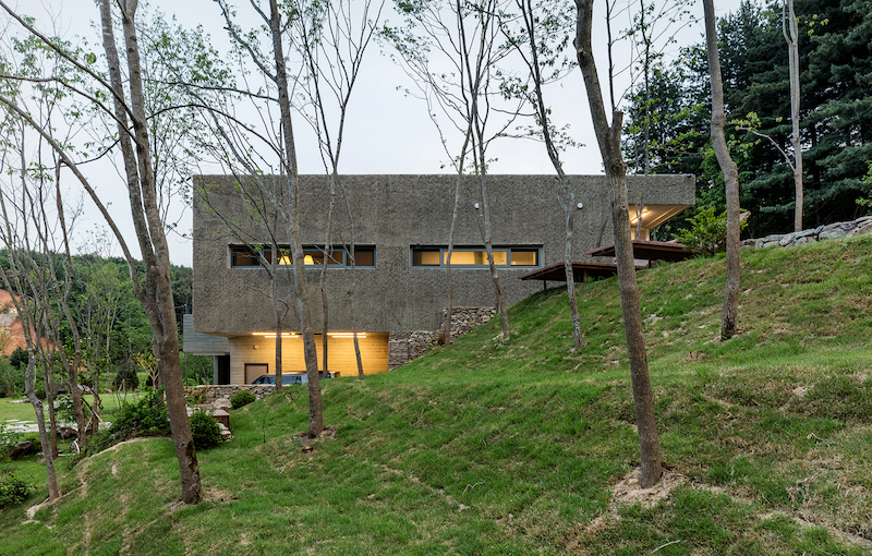 The windows and openings in general are not very large, the idea being to offer a nice sense of privacy inside the house