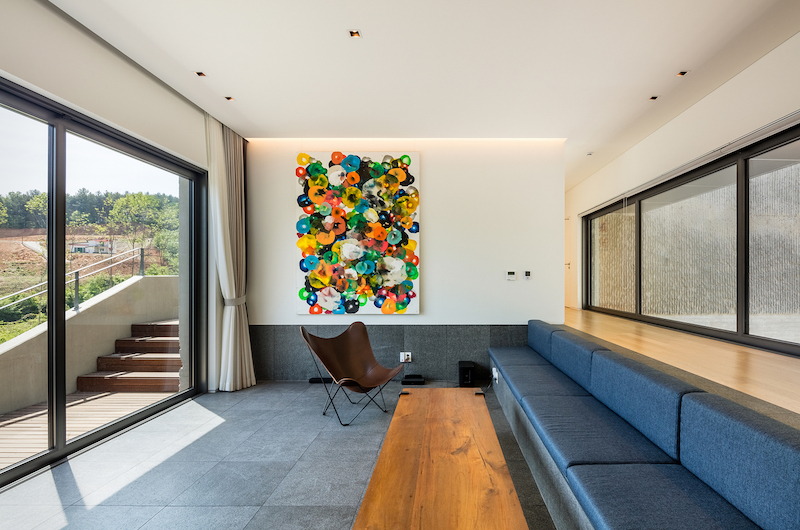The interior spaces are tastefully decorated and furnished with simple pieces and colors inspired by nature