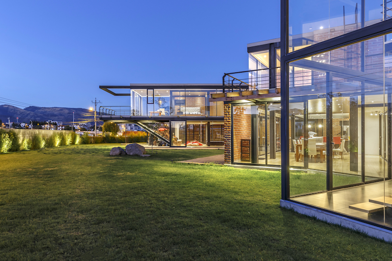 Both sections of the house enjoy a certain level of autonomy while remaining connected to their sister volume