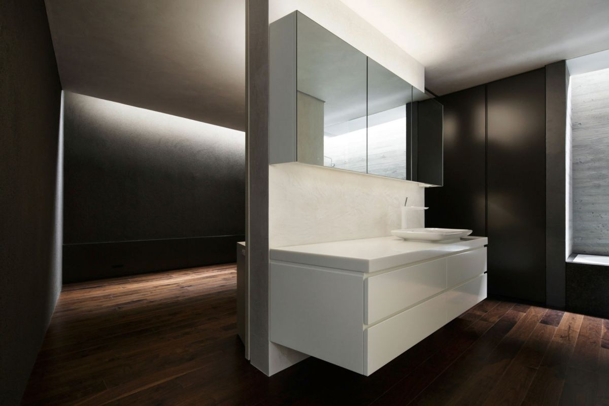 The SRK residence in Tokyo keeps an open feel for the bathrooms