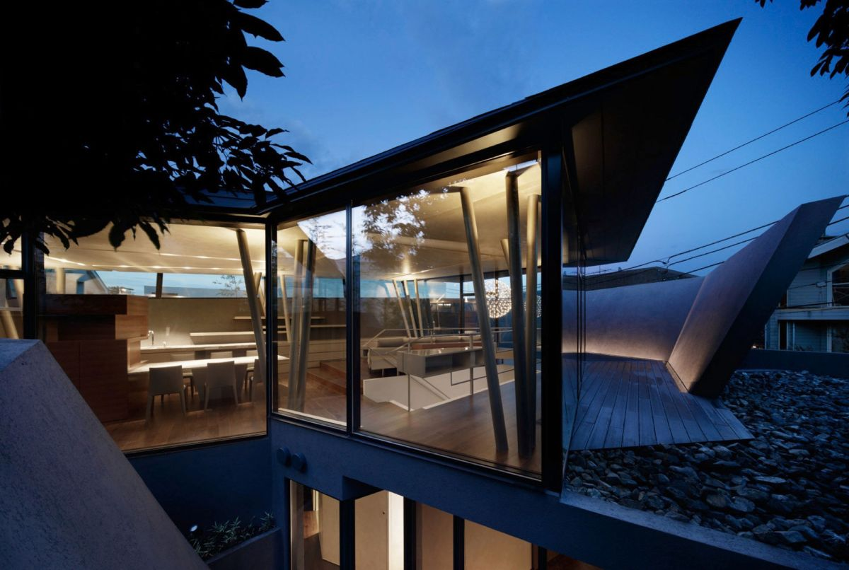 The SRK residence in Tokyo opens the upper level to the views