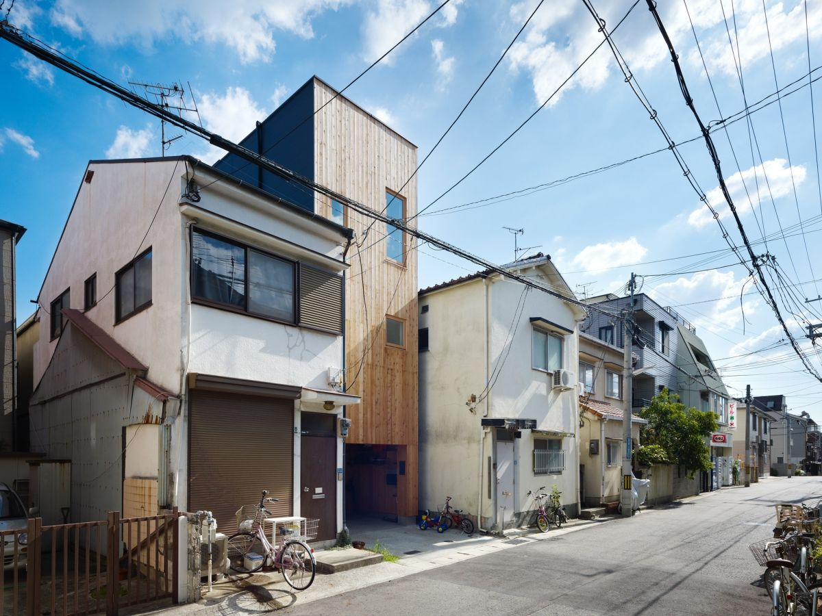 This narrow house in Nada between normal houses