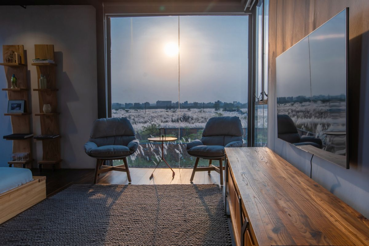 The views are emphasized in subtle ways through the carefully chosen internal layout of the rooms