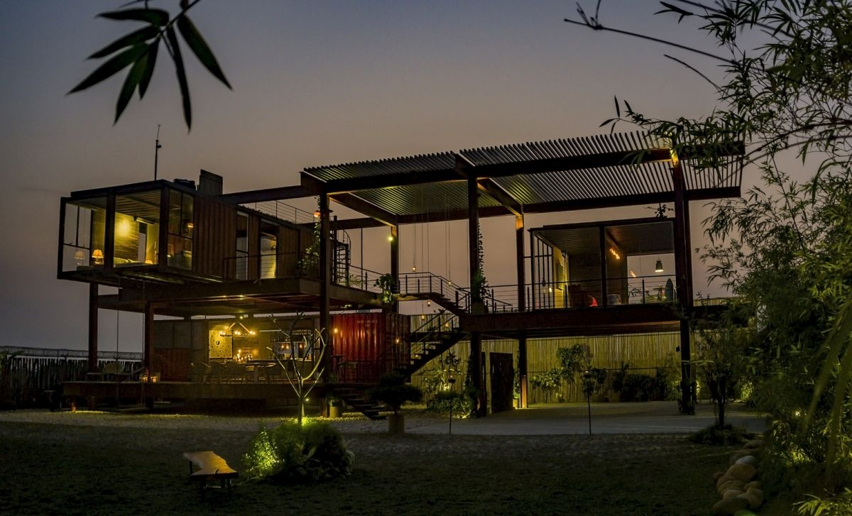 At night the residence has a soft glow and blends in with its surroundings in a seamless manner