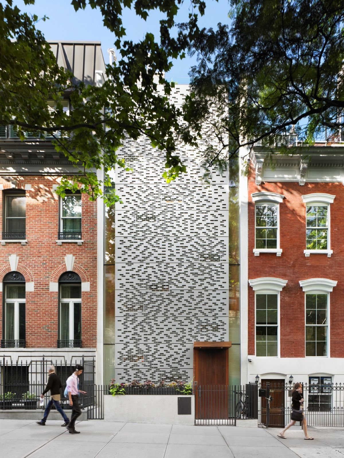 Not the typical New York townhouse: the modern aluminum facade replicates the bricks of other townhouses of the street. The facade confers privacy but allows ample lighting.