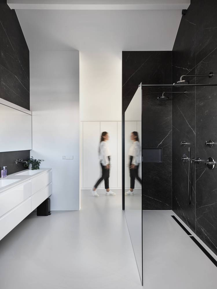 A simpler and more minimalistic color palette was chosen for the master bathroom which is quite big