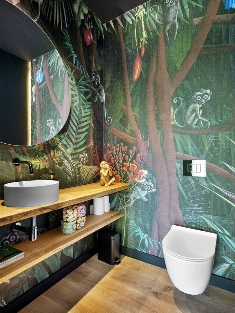 Colorful walls give this small bathroom a very fresh and cheerful look