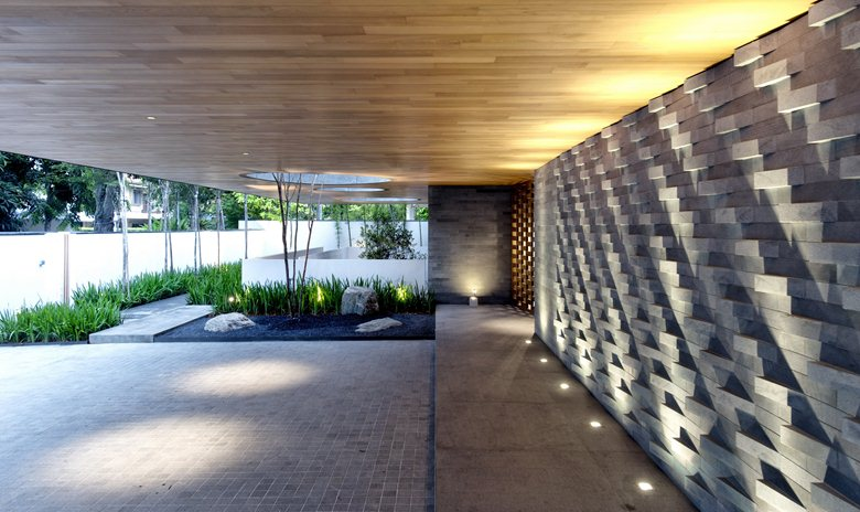 Wall-House-central-courtyard