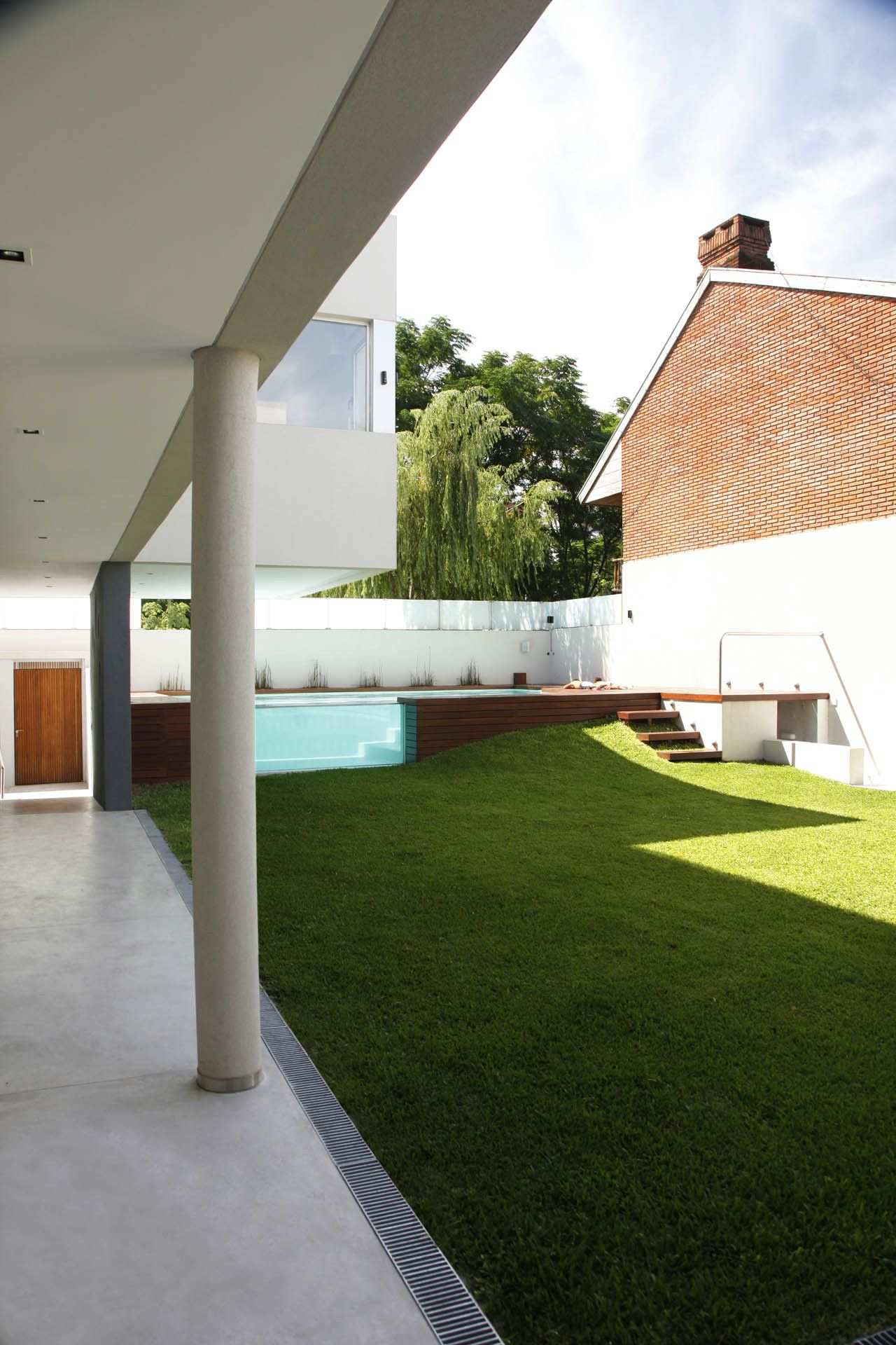 Wood Deck Swimming pool by Devoto House by Andres Remy Arquitectos