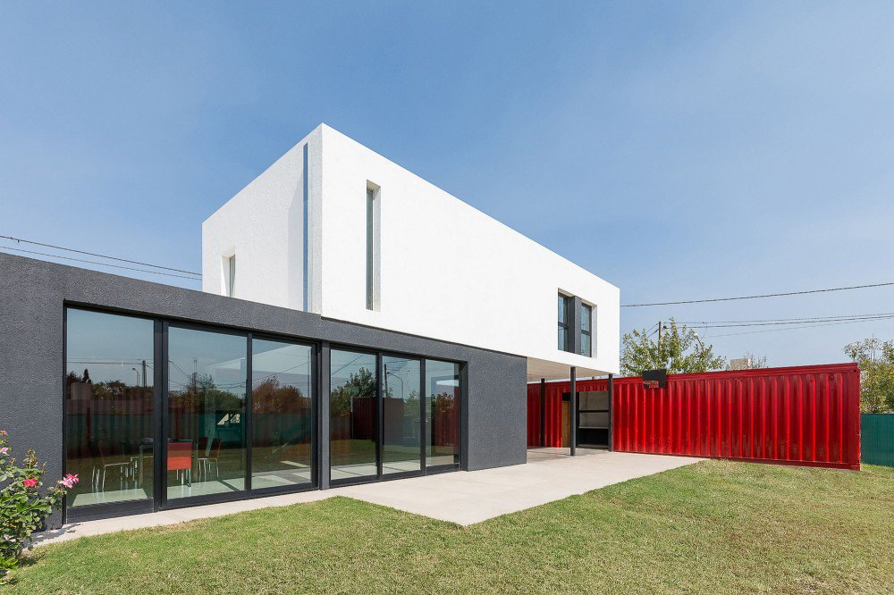 container-home-argentina-courtyard1