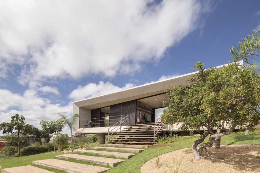 minimal house in brazil front facade