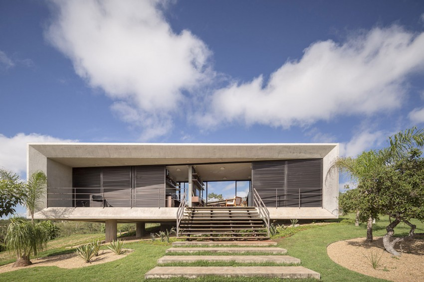 minimal house in brazil front view