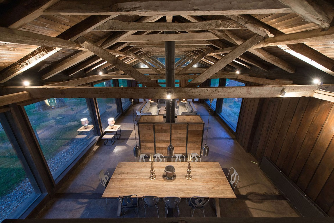 summerhouse in Chile ceiling beams and subtle lighting