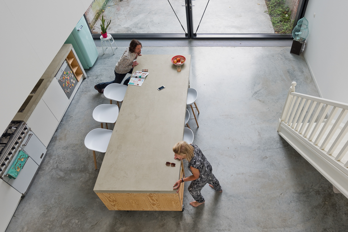 town-house-in-antwerp-sculp-it-movable-kitchen-island