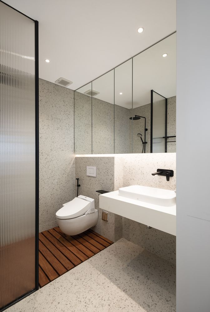 In the bathroom the mirrors and glass shower wall give the impression of a spacious and open room