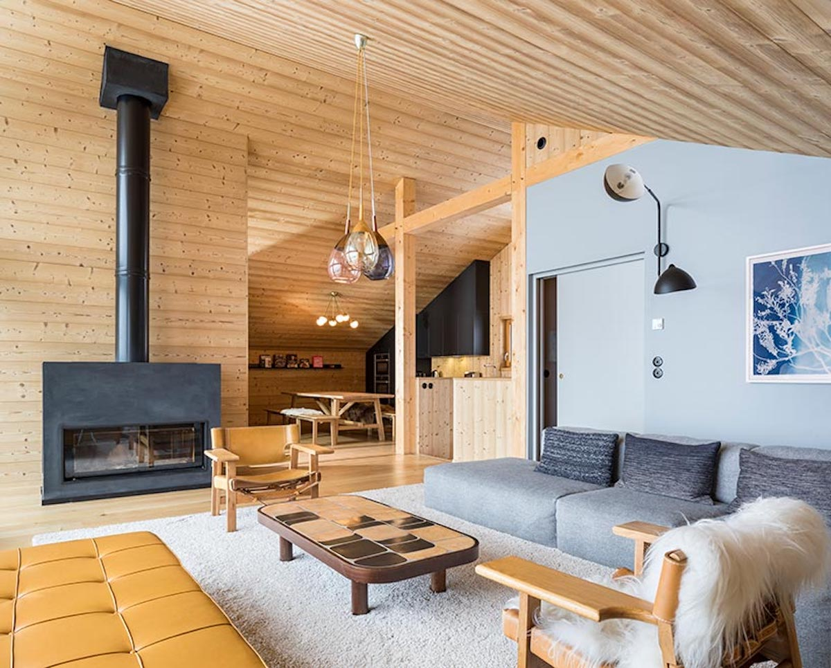 The walls are covered in wood and this establishes a warm and comfortable ambiance