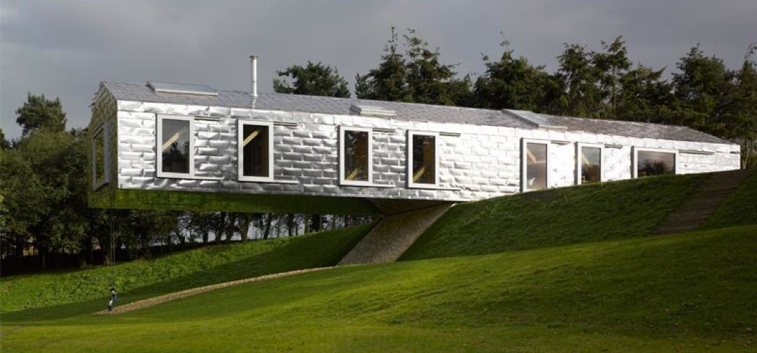 Angle mirrored cantilever house