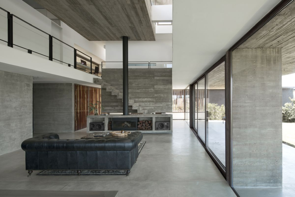 The transition between indoor and outdoor spaces is very smooth and natural, encouraging inhabitants to enjoy nature