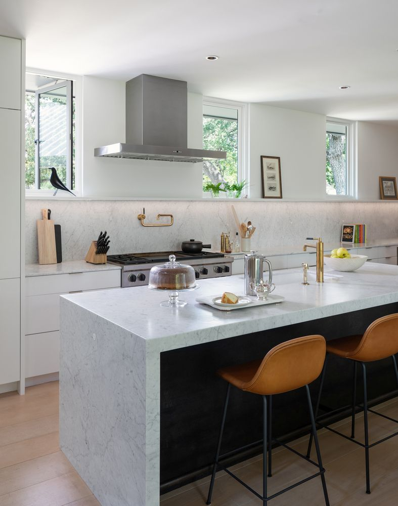 The kitchen is one of the most modern areas of the house, featuring a light color palette throughout