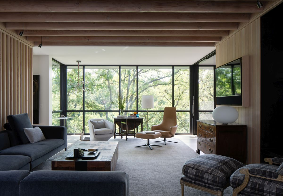 There's also plenty of wood used throughout the interior design and this creates continuity between the indoor and the outdoor