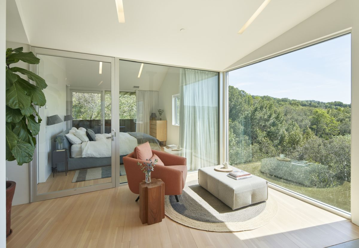 Large panorama windows reveal beautiful views of the valley and the surrounding landscape