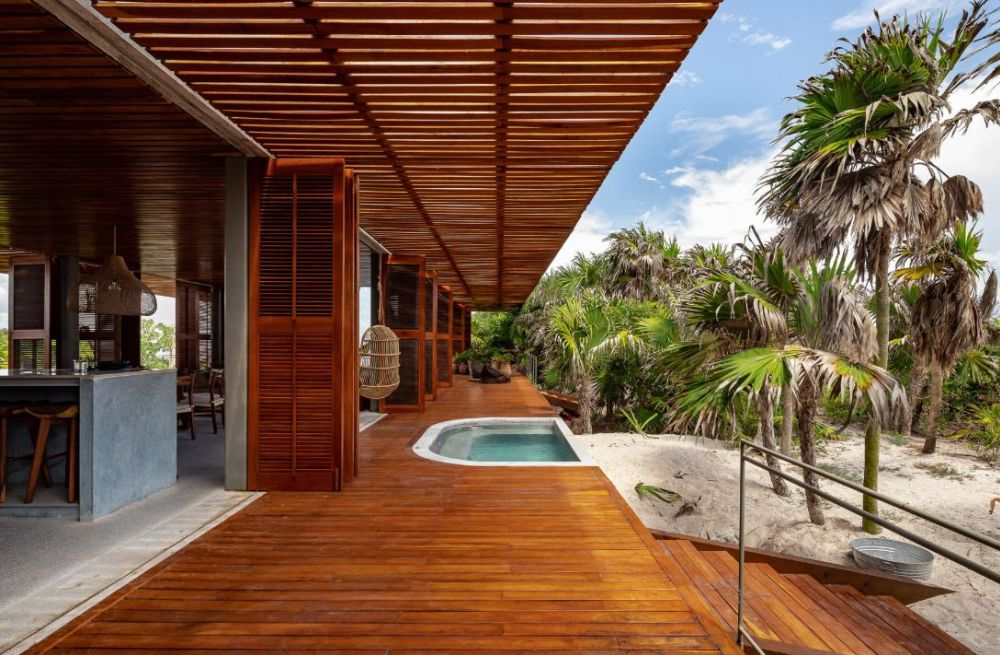 The house has easy access to the beach and a constant connection to the surrounding outdoor areas