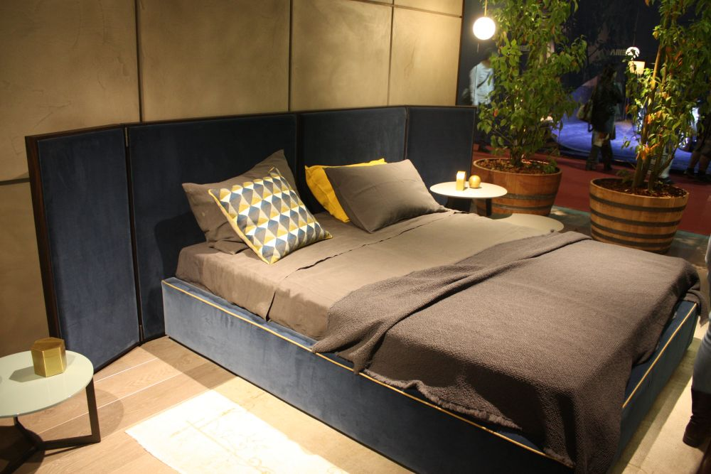 Turn the headboard into a decorative element for the bedroom and even into a focal point
