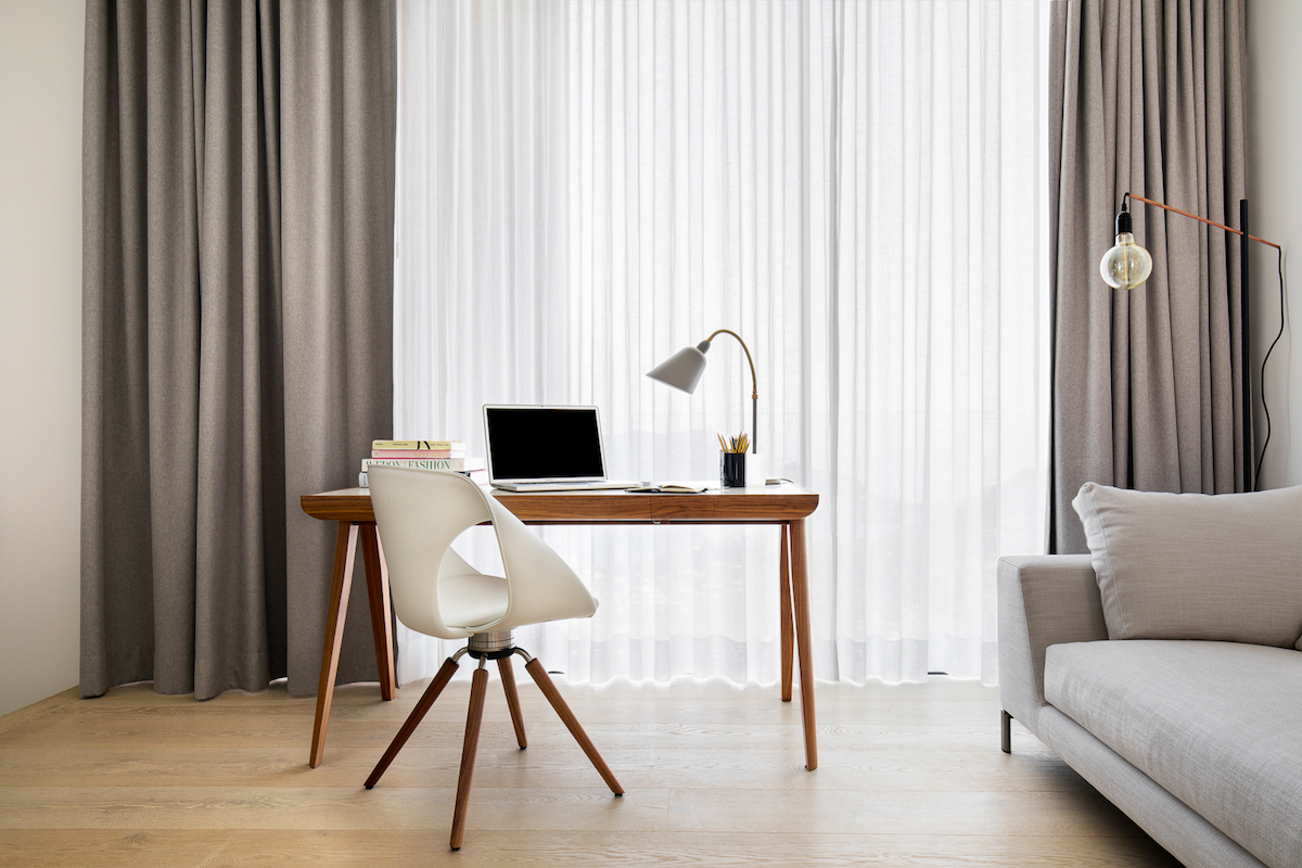 Although the colors are neutral, the interior decor is not bland or boring. Carefully selected furnishings and decorations establish a cool balance