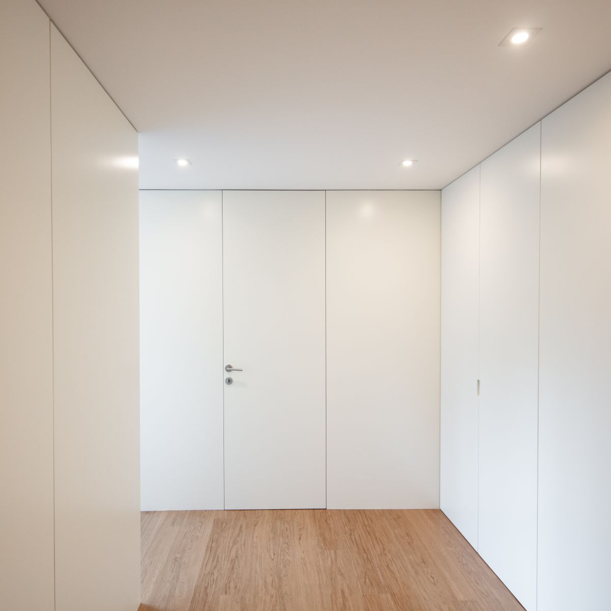 The color palette is very simple, being limited to neutral white and natural wood surfaces