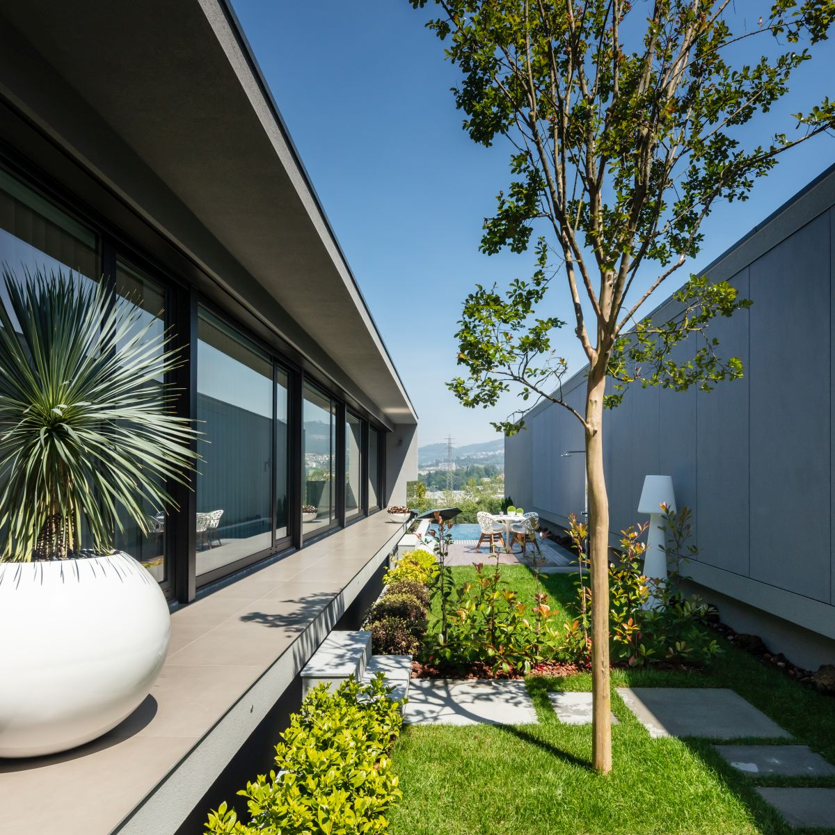 Although small, the courtyards between the houses ensure a close connection between nature and architecture