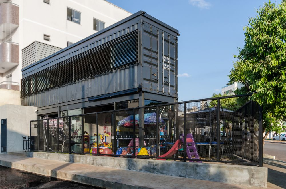 The use of shipping containers give the restaurant a strong industrial vibe