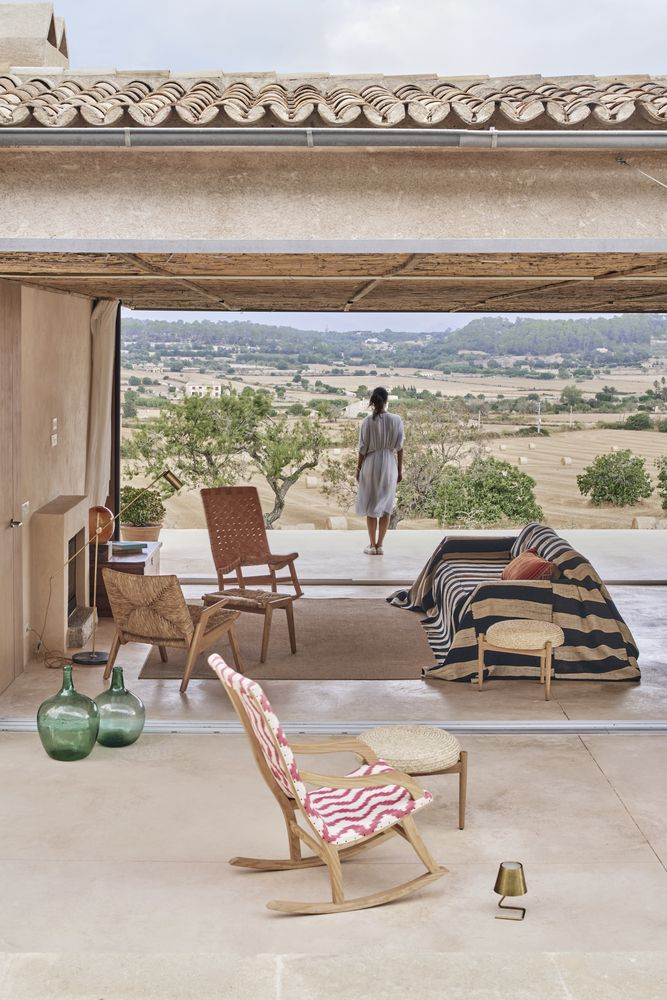 The central living area is open on both sides and welcomes the outdoors in