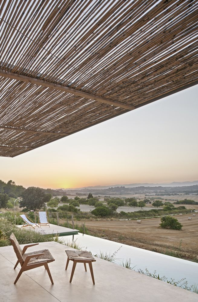 The slope provides the house with different elevations and a panoramic view of the countryside landscape