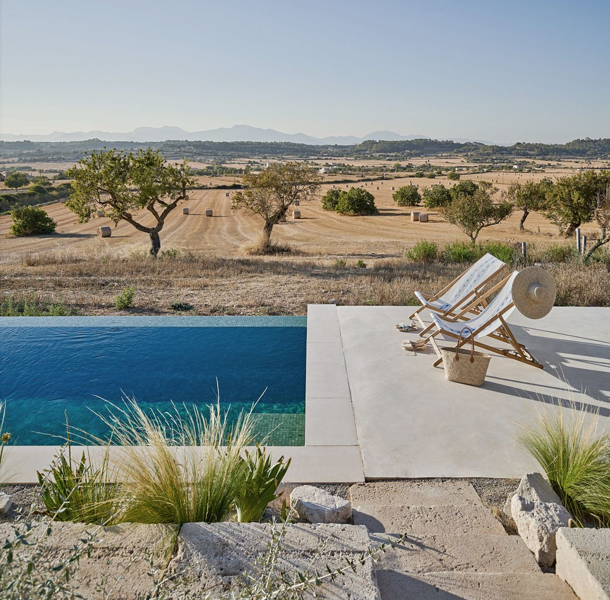 The swimming pool embraces the slope and sits parallel to the house