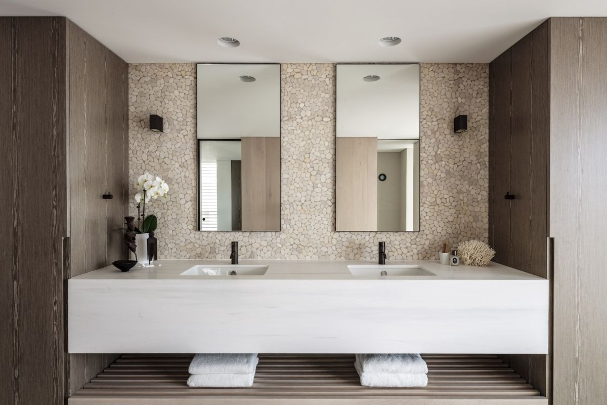 Calm and functional, this is a perfect arrangement for a master bathroom.