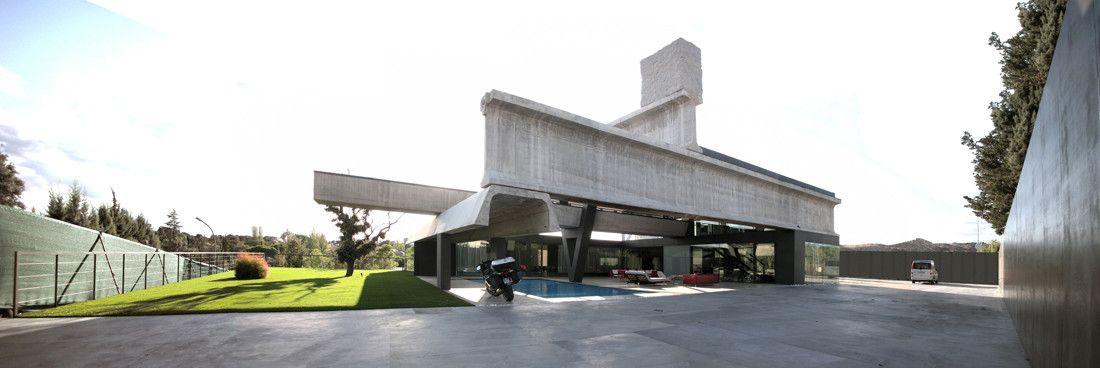 Cantilevered swimming pool
