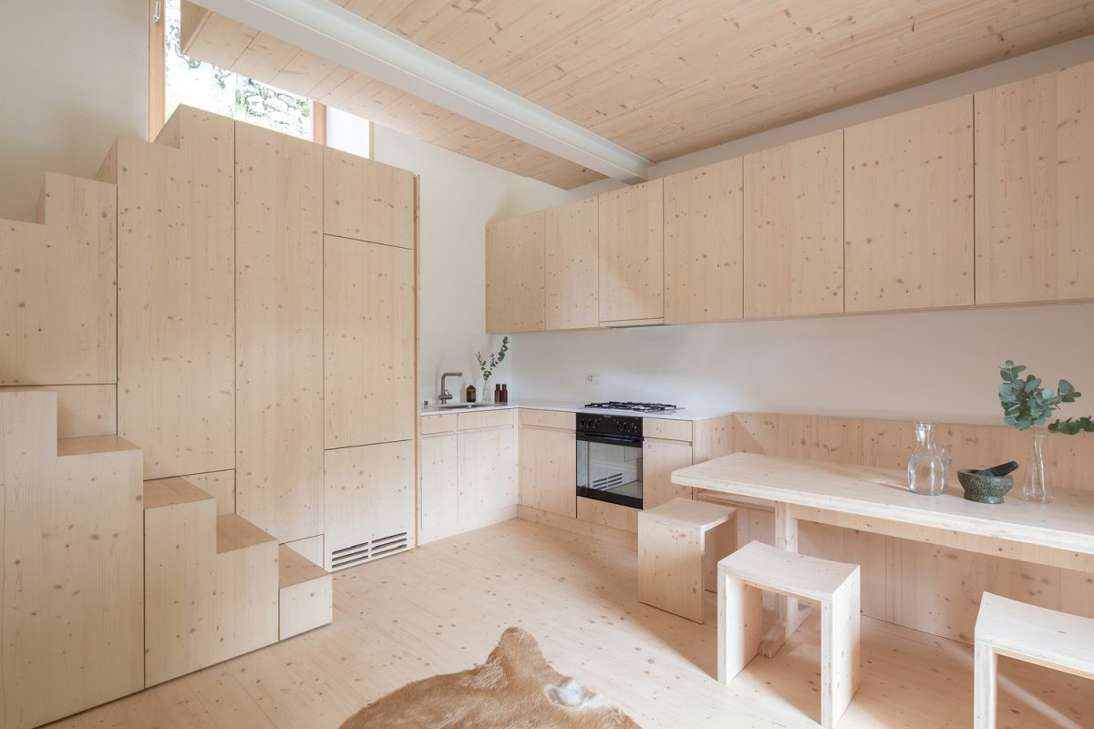 The interior of the house is very simple and uses neutral colors and finishes