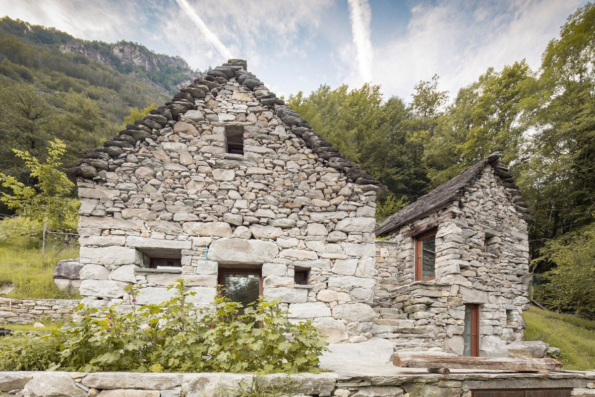 This lovely holiday home is a secluded and very peaceful retreat and shares a special connection with nature