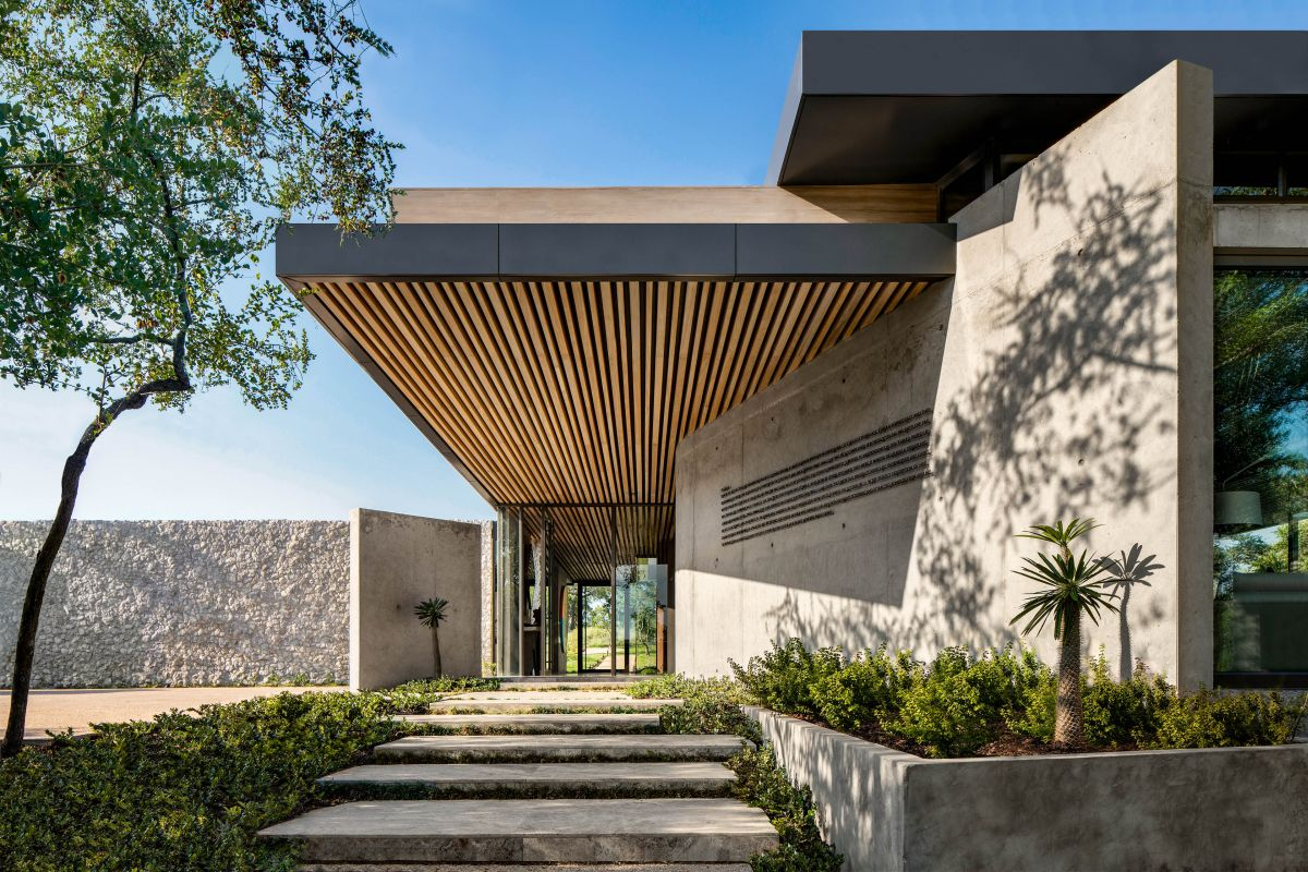 The materials used by the architects focus on creating a natural and organic connection between architecture and the outdoors
