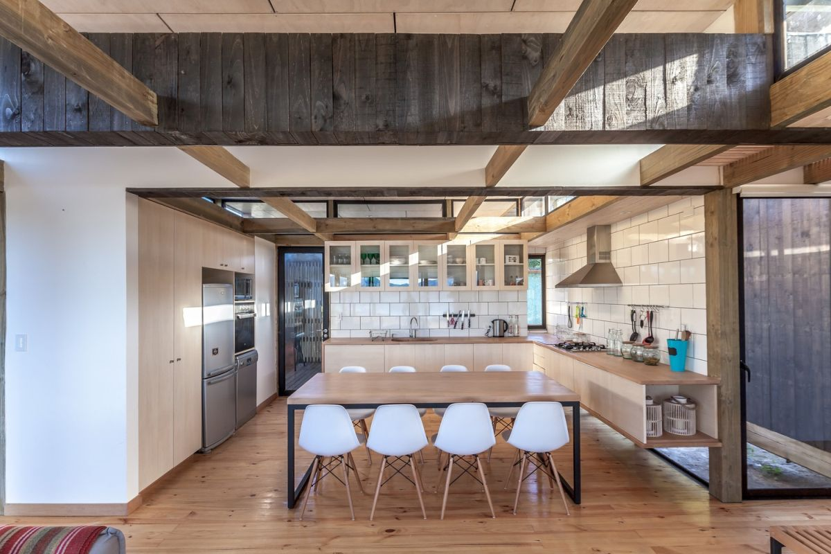 The kitchen and dining area make a perfect duo, complementing each other perfectly