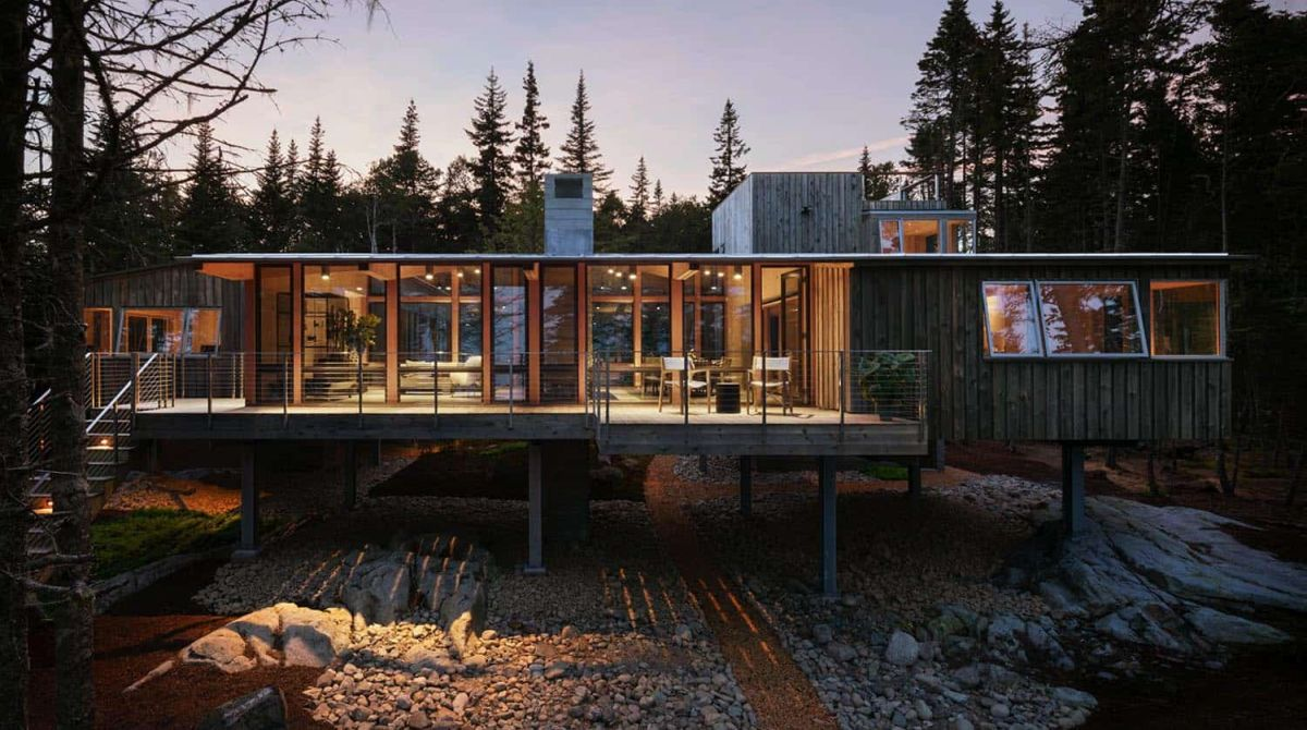 The cabin is raised of steel columns which gives it better views and keeps it atop the rugged landscape