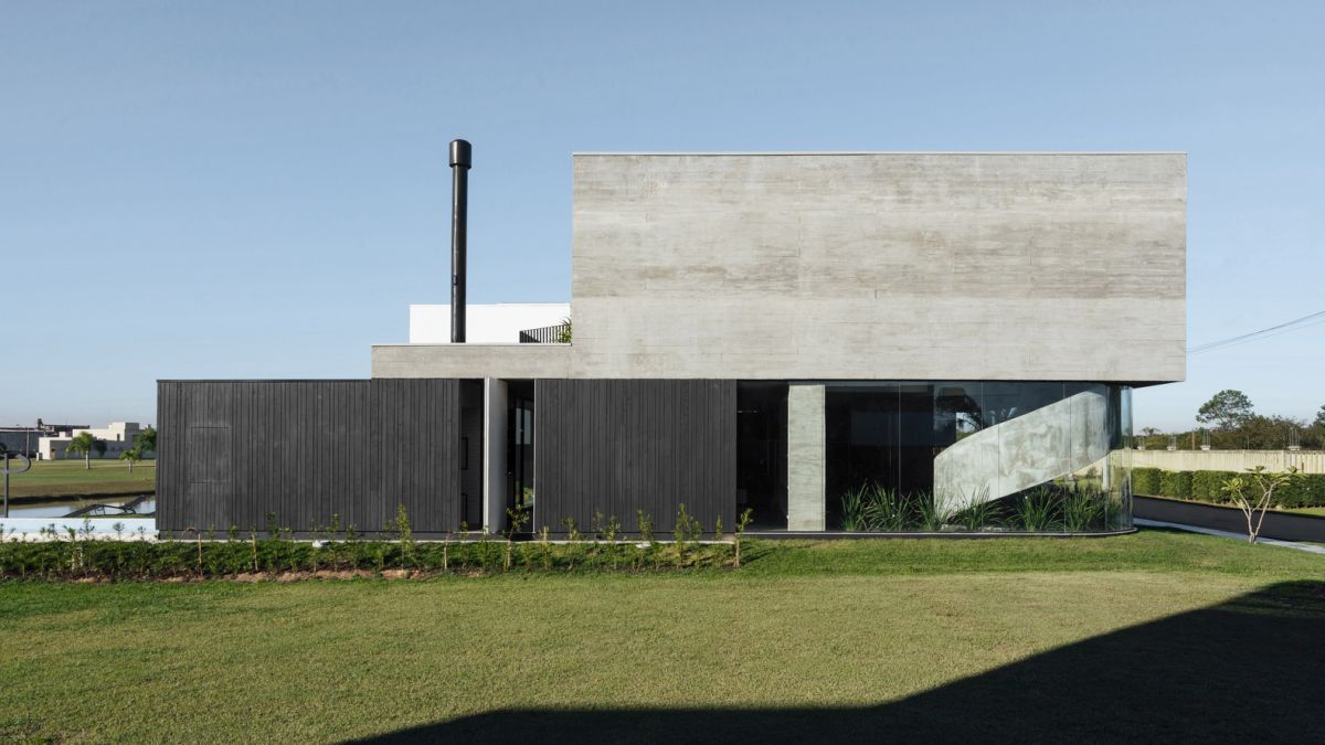 The lower and upper volumes are offset and create an asymmetrical and graphical composition