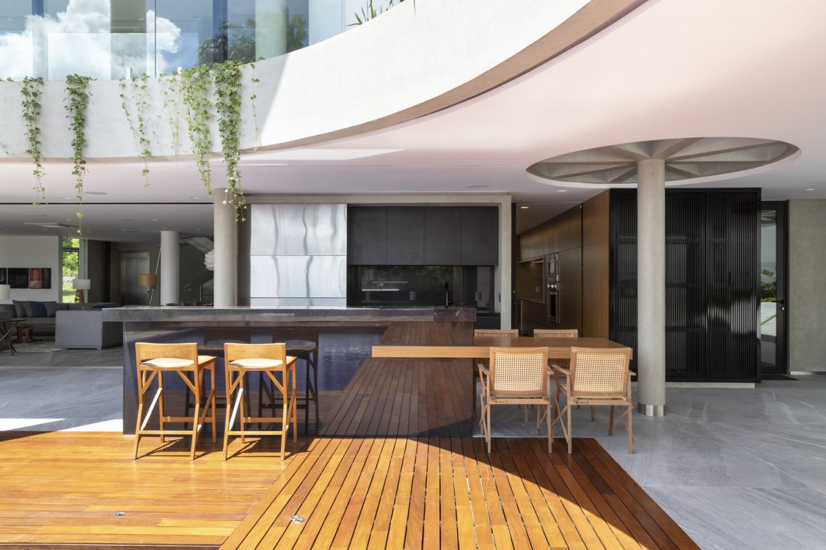 The transitions between the indoor and outdoor spaces are smooth and seamless thanks to the level floor plans