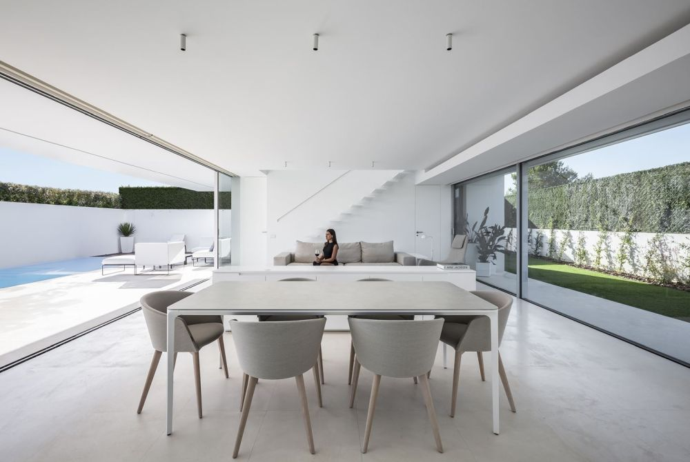 The ground floor spaces have a double orientation which facilitates cross ventilation and spacial continuity