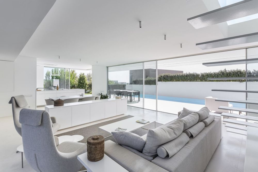 The house manages to take advantage of the views but also to maintain a nice level of privacy throughout the spaces