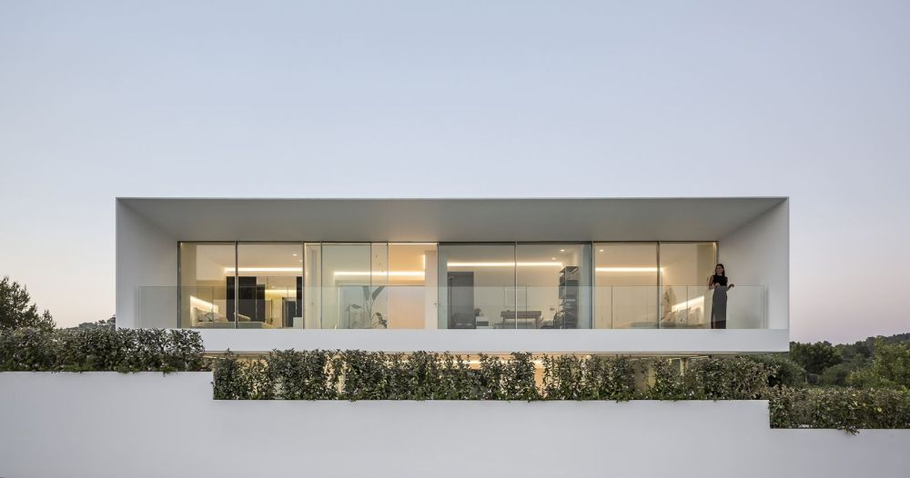 The upper level, just like the ground floor, has a fully transparent rear facade which opens onto a terrace