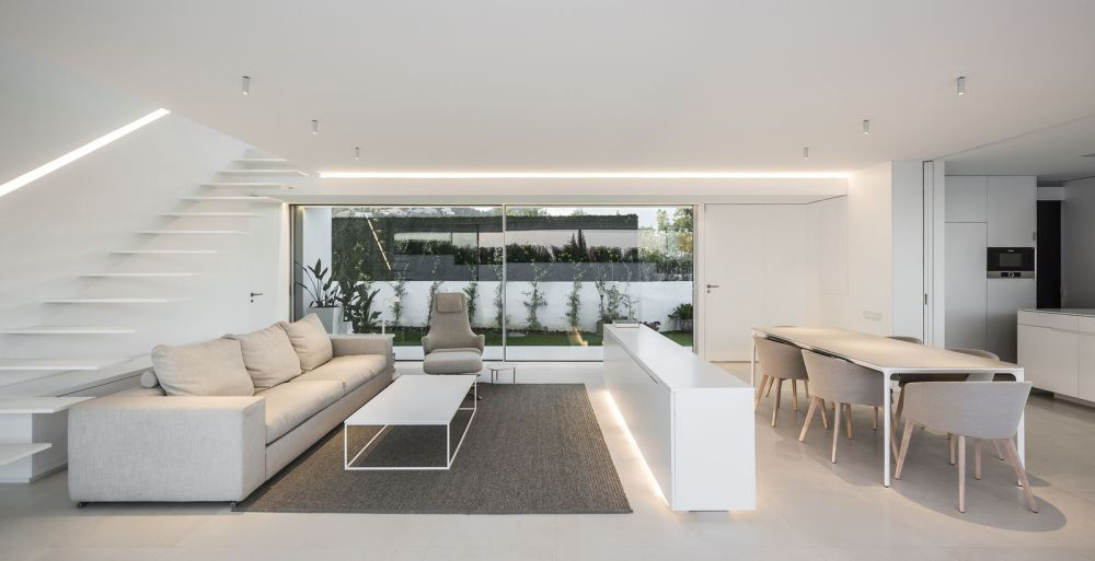 The neutral chromatic palette and overall lack of eye-catching features allow the interior design to put full emphasis on the views