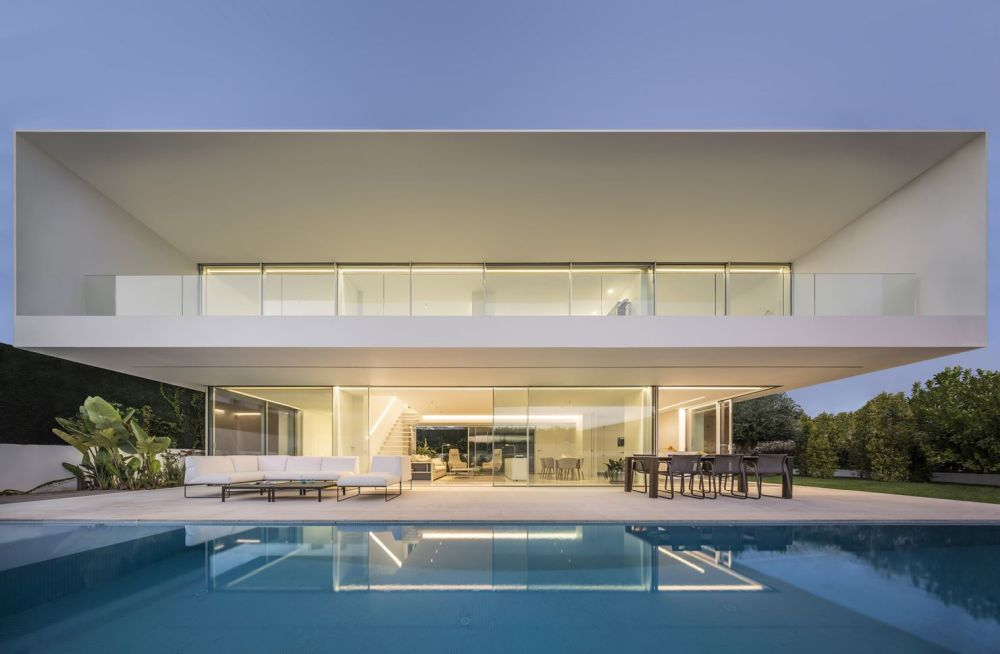 The house opens up fully to let the views and the outdoors in, both on the ground floor and the upper level